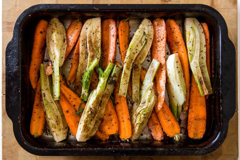 This mustard roasted fennel and carrot recipe is an easy vegetable side dish that goes perfectly with roasted fish or meat, a great autumnal dish to warm up the kitchen after the summer disappears. The cosy cinnamon and the mustard seeds make this an easy but tasty vegetarian or vegan side dish.
